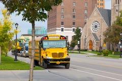 Gelber Schulbus in der Straße im Stadtbüffel Frontale Ansicht lizenzfreie stockfotografie