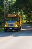 Gelber Schulbus gestoppt auf Landstraße Lizenzfreie Stockfotos