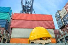 Gelber Schutzhelm auf Containerschiff Stockbild