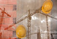 Gelber Schutzhelm der Bauarbeiter, der an der Betonmauer hängt Stockfotografie