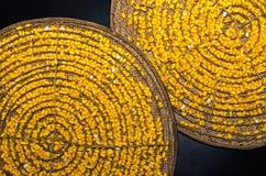 Gelber Seidenraupenkokon im Korb vom Bambus Stockfoto