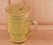 Gelber Senf in einem Glas Stockfotos