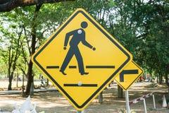 Gelber Signage der Überfahrtstraße Stockbilder