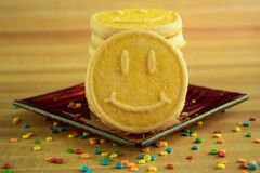 Gelber Smiley Face Cookies stockbilder