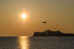 Gelber Sonnenaufgang des Frühlinges am Baikalsee und am sonnigen Weg Lizenzfreies Stockfoto
