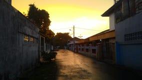 Gelber Sonnenuntergang nach Regen lizenzfreie stockfotos