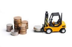 Gelber Spielzeuggabelstapler und -geld stockbilder