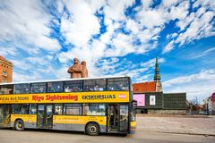 Gelber Stadtbesichtigungsbus in Riga, Lettland stockbild