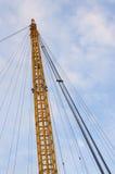 Gelber Stahlturm, der ein Stadion stützt Lizenzfreie Stockbilder