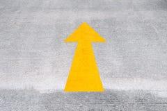Gelber Straßen-Pfeil Lizenzfreie Stockfotografie