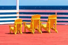 Gelber Strand Adirondack-Stuhl Stockbild