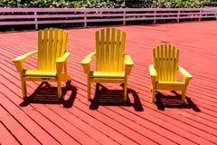 Gelber Strand Adirondack-Stuhl Stockbilder