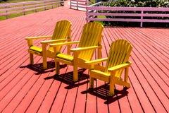 Gelber Strand Adirondack-Stuhl Lizenzfreie Stockfotografie