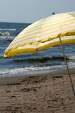 Gelber Strand-Regenschirm Stockfotografie