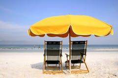 Gelber Strand-Regenschirm lizenzfreies stockbild