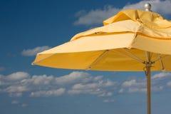 Gelber Strandregenschirm lizenzfreie stockfotos