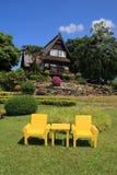 Gelber Stuhl im Garten Lizenzfreie Stockfotos
