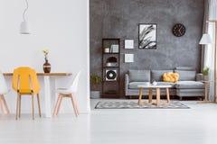 Gelber Stuhl im Wohnzimmer lizenzfreie stockfotos