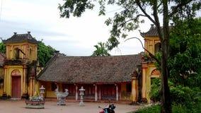 Gelber Tempel mit alter brauner Fliese stockfotografie