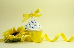 Gelber Themakleiner kuchen mit Sonnenblume Stockfotos