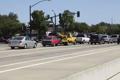 Gelber Tow Truck Pulling Red Car im Verkehr Lizenzfreies Stockfoto