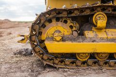 Gelber Traktor auf Gleiskette stockfoto