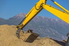 Gelber Traktor gesehen vor Bergen Lizenzfreies Stockfoto