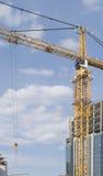 Gelber Turmkran gegen den blauen Himmel Lizenzfreies Stockfoto