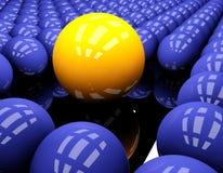 Gelber und blauer Ball auf dem schwarzen Hintergrund Stockfotografie