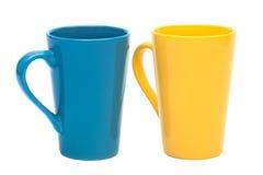 Gelber und blauer Becher Stockbild