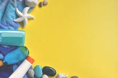Gelber und blauer Hintergrund des Sommerstrandes lizenzfreie stockfotos
