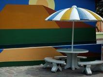 Gelber und blauer Regenschirm stockfotografie