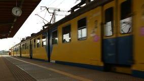 Gelber und blauer Stadtvorstadtzug, der Station, Bestimmungsort, Transport verlässt stock video footage