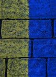 Gelber und blauer Ziegelsteinbeschaffenheitshintergrund in Reykjavik island stockfotos