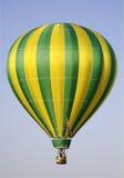 Gelber und grüner Heißluft-Ballon Stockfotos