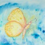 Gelber und orange fliegender Schmetterling in einem blauen turbulenten Himmel stockbild