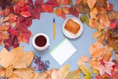 Gelber und roter Herbsttasse kaffee-Notizbuchdesktop lizenzfreies stockbild