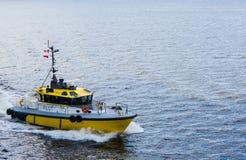 Gelber und schwarzer Pilot Boat in der Ecke des Rahmens Lizenzfreies Stockbild