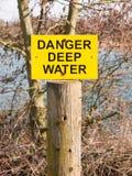 gelber und schwarzer See des Zeichengefahrentiefen Wassers Lizenzfreie Stockfotos