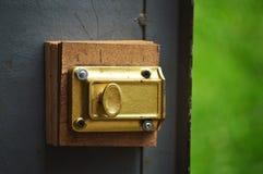 Gelber Verschluss auf hölzernen Platten Stockfotografie