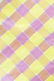 Gelber, violetter, rosa karierter Tischdeckenhintergrund Stockfotografie