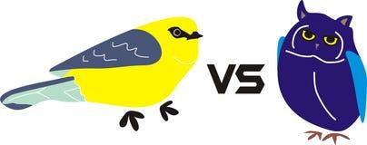 Gelber Vogel gegen Owl Blue Bird Animal lizenzfreies stockbild