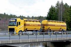 Gelber Volvo-Tankwagen auf Brücke Stockfotografie