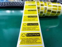Gelber Vorsichtaufkleber, Standardvorsichtaufkleber mit Text lizenzfreies stockfoto