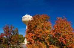 Gelber Wasserturm mit Meridian auf ihm mit Fallbäumen stockfotografie