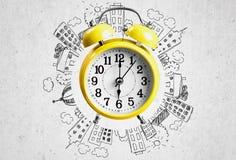 Gelber Wecker auf Hintergrund Lizenzfreies Stockfoto
