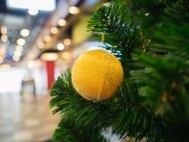 Gelber Weihnachtsball auf Weihnachtsbaum Lizenzfreies Stockfoto