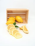 Gelber Zitronen- und Holzkasten Stockbild