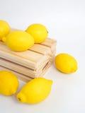 Gelber Zitronen- und Holzkasten Lizenzfreies Stockfoto