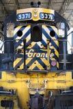 Gelber Zug auf Anzeige an der Verbandsstation Stockbild